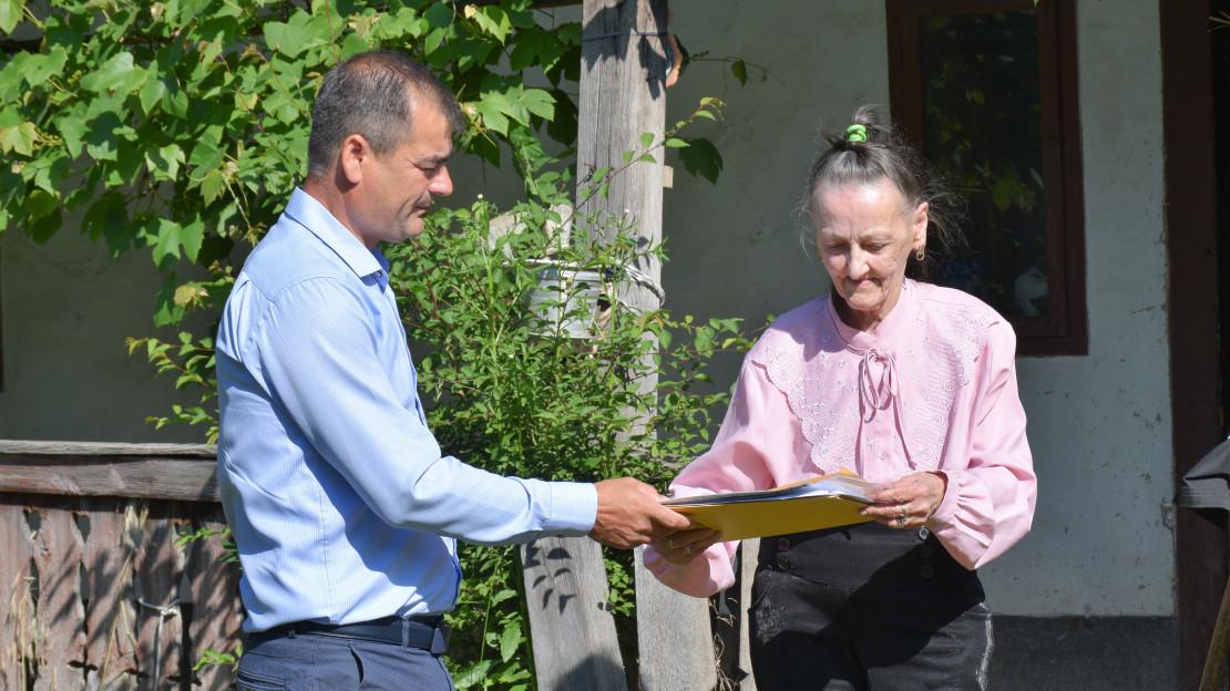 DUPĂ 11 ANI ÎN ADĂPOSTUL DE NOAPTE, O SENIOARĂ SE MUTĂ LA CASA EI