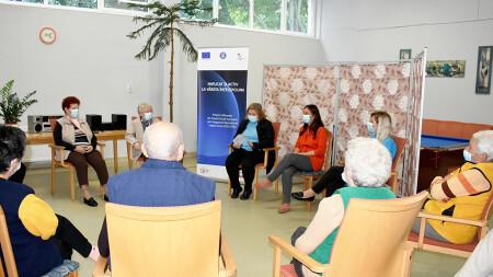 Farmacista Andrea Kabos, în dialog cu beneficiarii Centrului de zi pentru vârstnici despre medicamente
